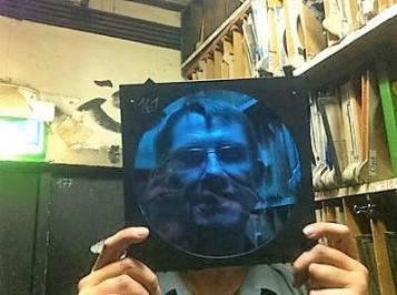 Mit einem solchen Blau-Filter wird aus einer Halogenlampe kühles Mondlicht! (Foto: Anke von Heyl, Museumsdienst Köln)