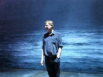 Frank Rohde vor dem endlosen blauen Meer, das insgesamt auf 400 m² Leinwand für die Opernkulisse gemalt worden ist (Foto: Anke von Heyl, Museumsdienst Köln)