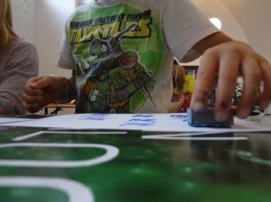 Konzentriert gestalten die jungen Teilnehmerinnen und Teilnehmer ihre Karte, um sie als Andenken oder Geschenk mitzunehmen. (Fotos: Mareike Gröneweg)