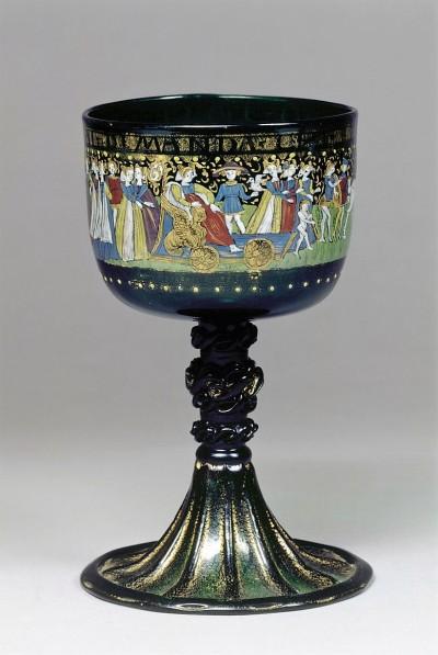 Pokal mit Darstellung eines Hochzeitszuges, vergoldet, Email & Glas (dunkelgrün), Venedig, 1476/1500 (Köln, Museum für Angewandte Kunst Köln, F 1.  (Foto: © Rheinisches Bildarchiv Köln, rba_c004156)