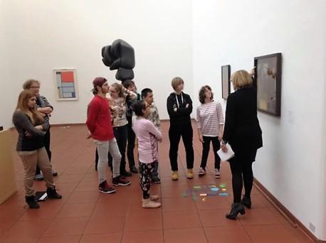 """Zu Seiwert: """"Stadt und Land"""". Die Museumsgruppe der Pestalozzischule in Aktion (Foto: Museumsdienst Köln)"""
