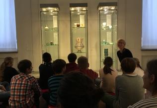 Museumspädagogin Karina Castellini mit Schülern der LVR-Anna-Freud-Schule