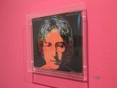 Andy Warhol gestaltete das Posthum erschienene John Lennon Album nach Fotos, die er von Yoko Ono erhielt.
